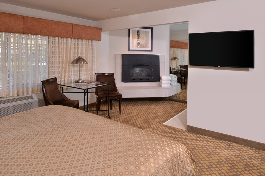 Courtyard Whirlpool Room with Fireplace